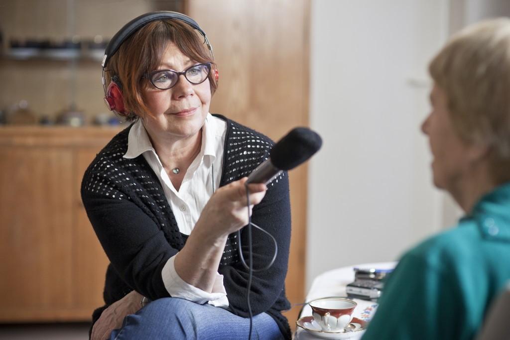 Das Hör-Buch als Biografie: Gislinde Schwarz mit Mikrofon beim Aufzeichnen der Lebenserinnerungen einer alten Dame.