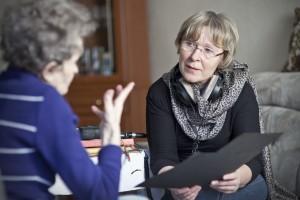 Die Biografinnen lassen sich Lebenserinnerungen erzählen. Hier ist Rosemarie Mieder im Gespräch mit einer alten Dame.
