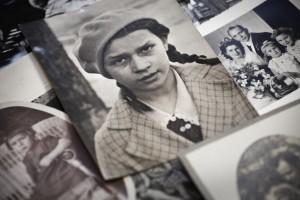 Alte Porträtaufnahmen aus einem Fotoalbum - danach suchen Die Biografinnen.