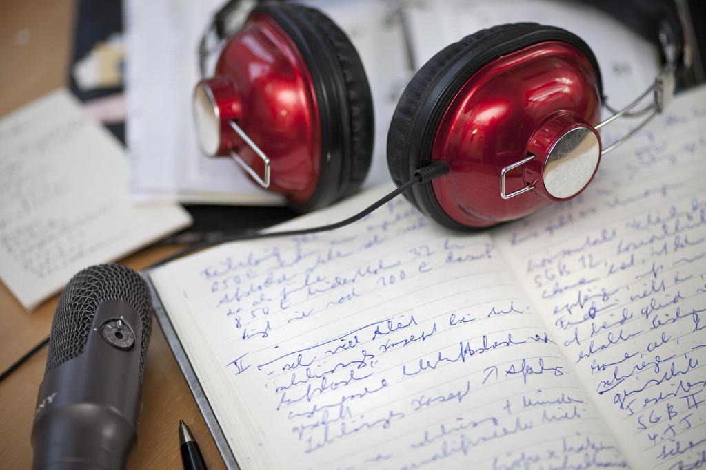 Mit Mikrofon und Kopfhörer: so arbeiten die Biografinnen an einem Hörbuch voller Lebenserinnerungen.