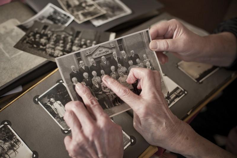 So arbeiten Die Biografinnen: Für ein Filmporträt zeigt eine alte Dame Bilder aus ihrem Fotoalbum.
