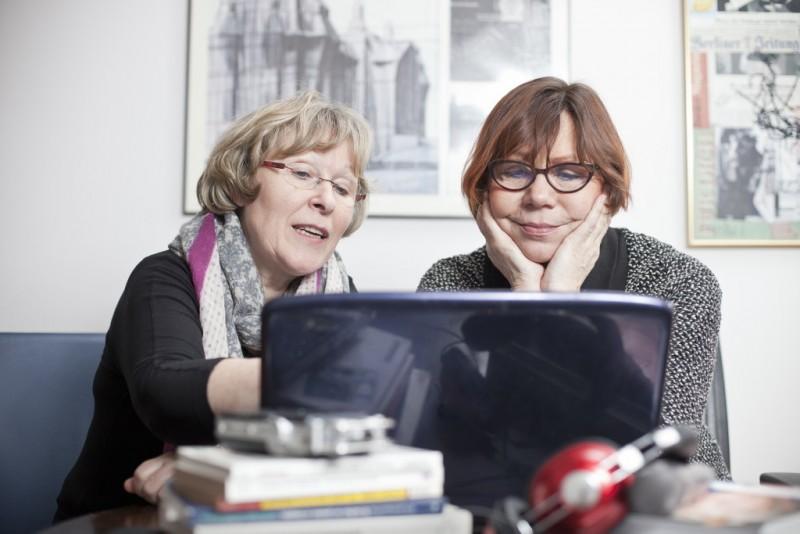 Die Biografinnen Rosemarie Mieder und Gislinde Schwarz schauen konzentriert auf einen Laptop-Bildschirm. Gute Arbeit hat ihren Preis.