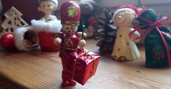 Hölzerner Trommler inmitten von verspielter Weihnachtsdekko