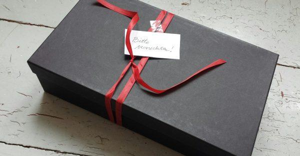 Im Nachlass gefunden: Ein Schuhkarton, zugebunden, mit dem Zettel beschriftet: Bitte vernichten!