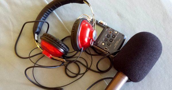 Kopfhörer, Mikrofon und Aufnahmegerät liegen einsatzbereit herum