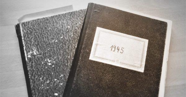 Kriegstagebücher als Grundlage für Lebenserinnerungen, zwei einfache Kladden mit Aufschrift 1945